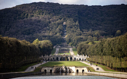 La capacità del Vanvitelli di creare illusioni ottiche: la distanza tra la prima fontana (nella parte inferiore della foto), e la parte inferiore della cascata (al centro della foto) sembra essere molto breve, ma in realtà è più di 2 km! – by Pietro Columba.