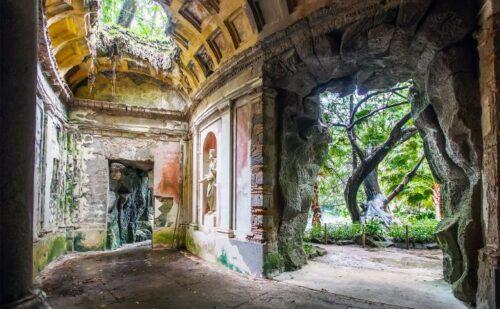 False rovine di Pompei. Ricostruiti nello stesso modo in cui apparivano le rovine ai primi esploratori di Pompei nel XVIII century. Notare anche il bellissimo albero sulla destra - by Show in my Eyes