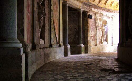 Rivivi lo stupore dei primi scopritori delle rovine di Pompei e di Ercolano, quando, calandosi da un buco nel soffitto, scoprirono un luogo pieno di tesori d'arte. - by Gianni Arrigoni