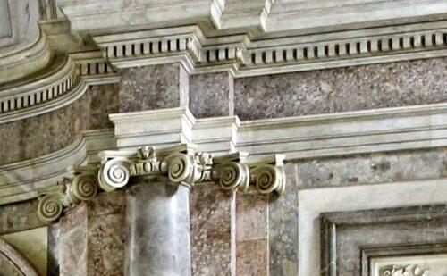 capitello-scalone-reggia-di-caserta