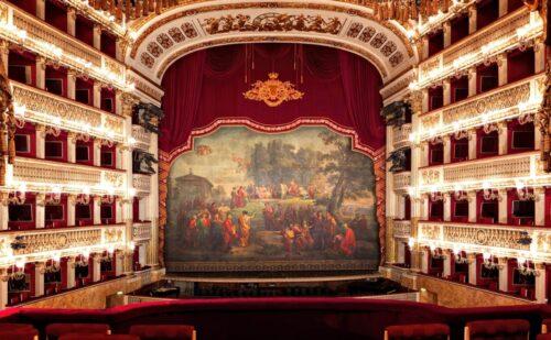Il Real Teatro San Carlo di Napoli detiene il record del piu antico teatro al mondo  continuamente in attivo sin dal 1737.