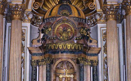 Altare della cappella del SS. Sacramento nel Duomo di Siracusa.