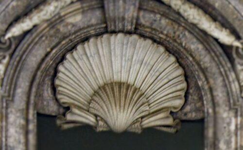 La conchiglia: quasi un logo per vanvitelli, la si può ritrovare in numerose sue opere romane e campane, ed usata in diverse forme.